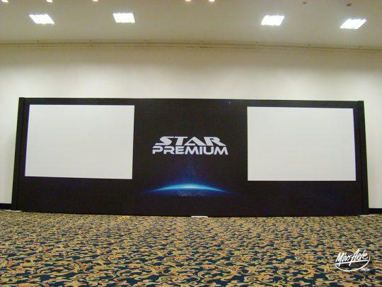 Fundo de palco com área para projeção.