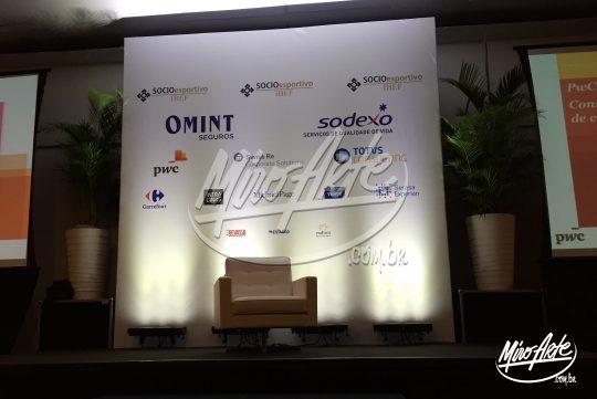 Backdrop em Boxtruss Q15 com lona tensionada em impressão digital